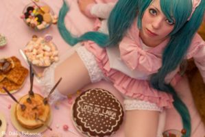 Don't touch my cake! -_- by DahliaFortescue
