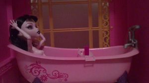 Draculaura in the tub by peskypixie81