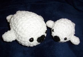 Mommy and Baby Seal Plushies by happysquidmuffin