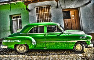 Green car in Cuba by pinkzippo