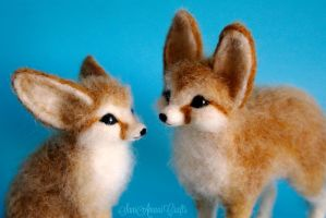 Needle felted fennec foxes by SaniAmaniCrafts