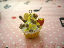 cupcake charm: 2.love'n yellow by Fraise-Bonbon