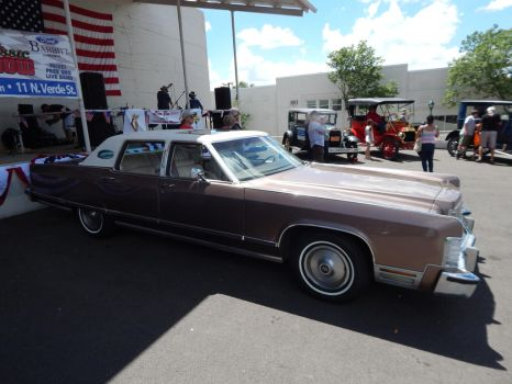 1976 Lincoln Continental Town Car by TheHunteroftheUndead