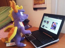 Spyro with his netbook! by Woriorh