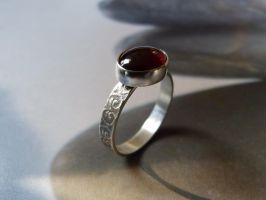 Textured garnet silver ring by Kreagora
