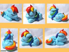 Sleeping Rainbow Dash by CadmiumCrab