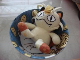 Meowth in a cat bowl by Gubreez
