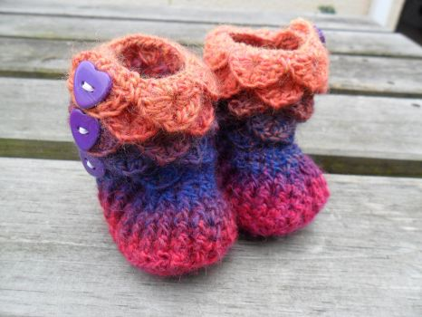 Crocodile stitch baby booties by FearlessFibreArts
