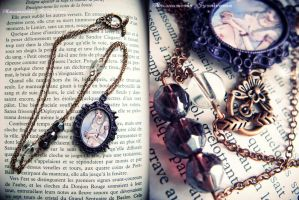 Long necklace purple cameo by Verope