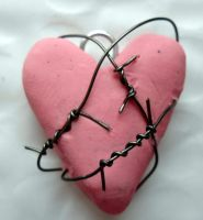 barbed wire heart pendant by RaheHeul