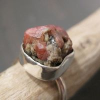 Rough garnet ring by Jealousydesign