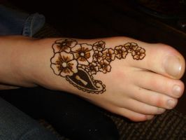 Flower and paisley on foot by Kiwistem