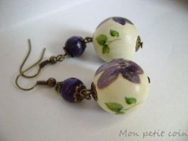Decoupage violet earrings by monpetitcoin