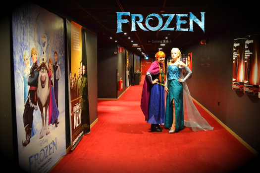 Anna and Elsa Wallpaper - Frozen premiere Cosplay by Mitternachto