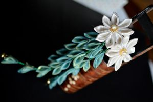 June Willow. Silk Tsumami Kanzashi. by hanatsukuri