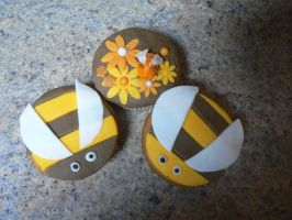 bee cupcake by gwennyp