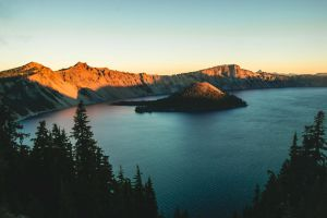 Crater Lake at sunrise by toblet