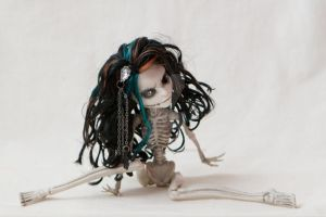 Monster High Repaint Skeleton by catofimpossiblecolor