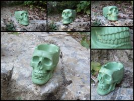 Dark green skull ashtray by LaddeDadde