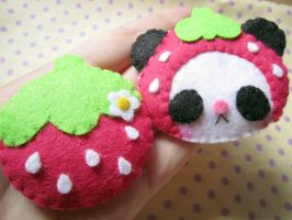 Strawberry brooches by BrusyMilongui
